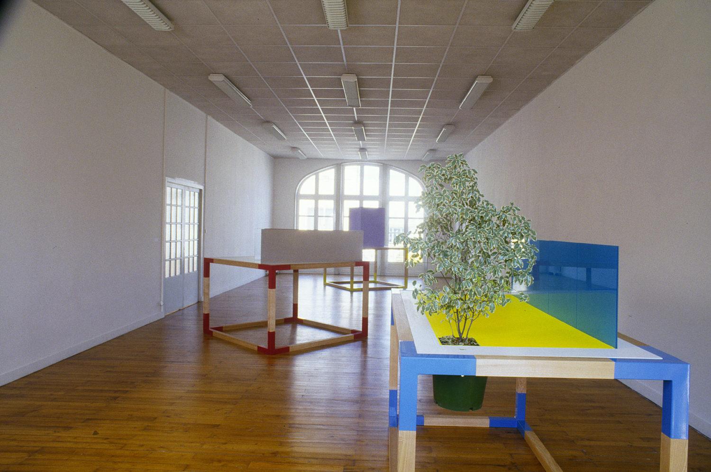 Maquette n°1 (sol jaune, mur de verre bleu, arbre) - Le Grand Café
